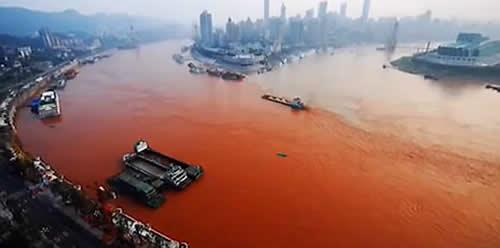 rio teñido de rojo