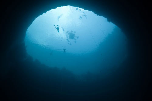 Buzos sumergidos en el agujero azul Dean