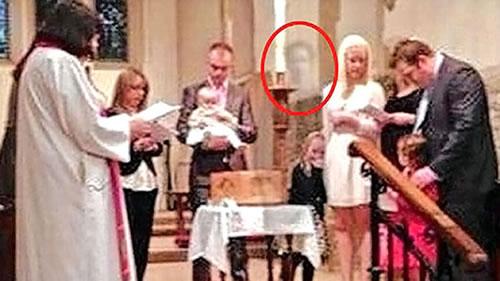 abuelo fantasma en bautismo de su nieta
