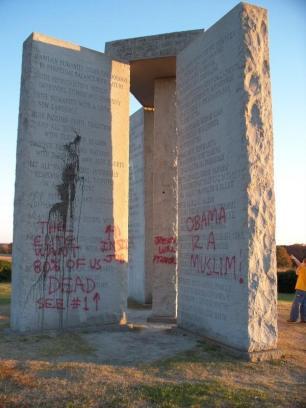 """El Georgia Guidestone es un enigmático """"monumento"""" construido en Georgia, EE.UU."""