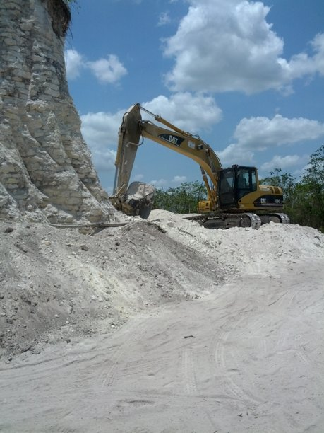 Destruyen una piramide Maya