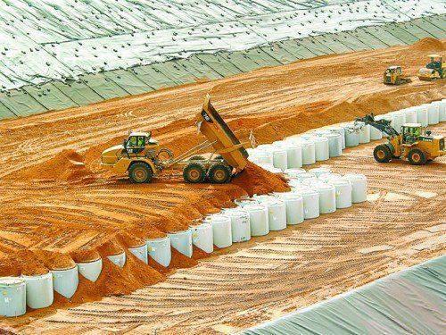 Tapar con tierra los desechos tampoco hará que desaparezcan...
