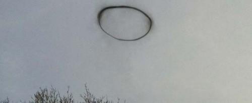 Misterioso anillo negro en el cielo ingles