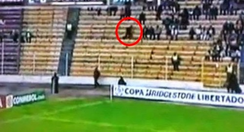sombra fantasma filmada en estadio de futbol