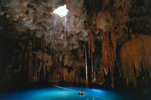 Costera Bacalar, Quintana Roo, México. El Cenote Azul, un agujero bajo tierra, era la mayor fuente de agua para los mayas.