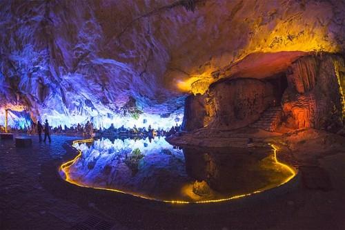 Luces multicolor en la cueva Reed Flute, en Guling, China.