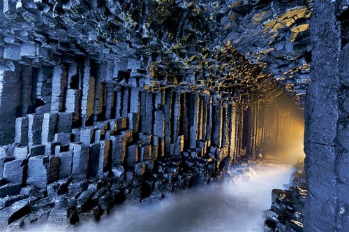 Pilares de basalto se alinean en la cueva Fingal, en Escocia.