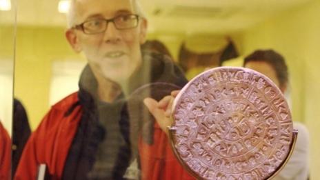 Gareth Owens junto al disco de Festos, en el Museo de Heraklion