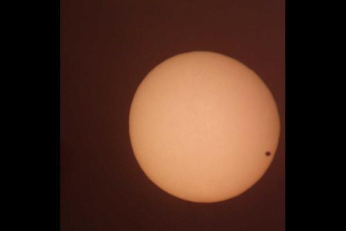 El planeta Venus, cuando se interpone entre la Tierra y el Sol, apenas tapa una minúscula parte de la luz solar. (Foto: Rodrigo Roesch)