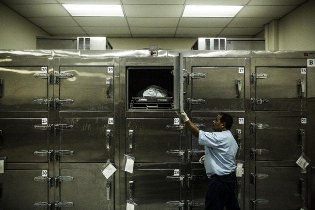Mujer despierta en la morgue