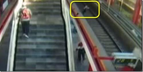Mujer suicida en Metro de México